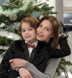 Amsterdam, die Niederlande 19, im Dezember 2018 Ein Porträt einer Mutter und ihres 8-jährigen Sohns, die zusammen vor dem Chri si stockfotografie