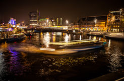 AMSTERDAM, DIE NIEDERLANDE - 17. JANUAR 2016: Ð-¡ ruise Boot in den Nachtkanälen von Amsterdam am 17. Januar 2016 Lizenzfreie Stockfotos
