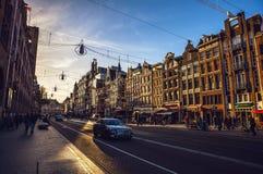 AMSTERDAM, DIE NIEDERLANDE - 15. JANUAR 2016: Berühmte Gebäude der Amsterdam-Stadtzentrumnahaufnahme zu gesetzter Zeit der Sonne  Lizenzfreie Stockfotografie