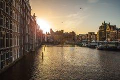 AMSTERDAM, DIE NIEDERLANDE - 15. JANUAR 2016: Berühmte Gebäude der Amsterdam-Stadtzentrumnahaufnahme zu gesetzter Zeit der Sonne  Stockbild