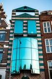 AMSTERDAM, DIE NIEDERLANDE - 15. JANUAR 2016: Berühmte Gebäude der Amsterdam-Stadtzentrumnahaufnahme zu gesetzter Zeit der Sonne  Stockfotos