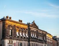 AMSTERDAM, DIE NIEDERLANDE - 15. JANUAR 2016: Berühmte Gebäude der Amsterdam-Stadtzentrumnahaufnahme zu gesetzter Zeit der Sonne  Stockfotografie