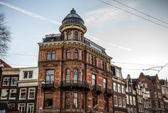 AMSTERDAM, DIE NIEDERLANDE - 15. JANUAR 2016: Berühmte Gebäude der Amsterdam-Stadtzentrumnahaufnahme zu gesetzter Zeit der Sonne  Lizenzfreie Stockbilder