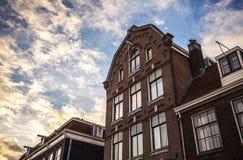 AMSTERDAM, DIE NIEDERLANDE - 15. JANUAR 2016: Berühmte Gebäude der Amsterdam-Stadtzentrumnahaufnahme zu gesetzter Zeit der Sonne  Stockfoto
