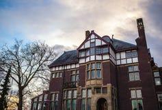 AMSTERDAM, DIE NIEDERLANDE - 15. JANUAR 2016: Berühmte Gebäude der Amsterdam-Stadtzentrumnahaufnahme zu gesetzter Zeit der Sonne  Lizenzfreies Stockfoto