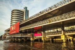 AMSTERDAM, DIE NIEDERLANDE - 15. JANUAR 2016: Berühmte Gebäude der Amsterdam-Stadtzentrumnahaufnahme zu gesetzter Zeit der Sonne  Lizenzfreie Stockfotos