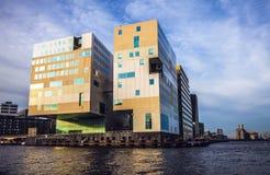 AMSTERDAM, DIE NIEDERLANDE - 15. JANUAR 2016: Berühmte Gebäude der Amsterdam-Stadtzentrumnahaufnahme zu gesetzter Zeit der Sonne  Stockbilder