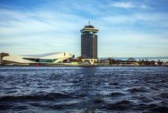 AMSTERDAM, DIE NIEDERLANDE - 15. JANUAR 2016: Museum Nemo (Wissenschaft), entworfen vom Architekten Renzo Piano in Amsterdam, unt Lizenzfreie Stockbilder