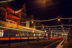 AMSTERDAM, DIE NIEDERLANDE - 20. JANUAR 2016: Nachtstraßen von Amsterdam mit unscharfen Schattenbildern von Passanten am 20. Janu Lizenzfreies Stockfoto