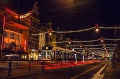 AMSTERDAM, DIE NIEDERLANDE - 20. JANUAR 2016: Nachtstraßen von Amsterdam mit unscharfen Schattenbildern von Passanten am 20. Janu Lizenzfreies Stockbild