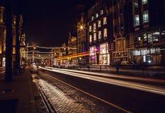 AMSTERDAM, DIE NIEDERLANDE - 22. JANUAR 2016: Stadtstraßen von Amsterdam nachts Allgemeine Ansichten der Stadtlandschaft am 22. J Stockfoto