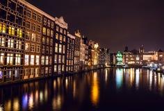 AMSTERDAM, DIE NIEDERLANDE - 22. JANUAR 2016: Stadtstraßen von Amsterdam nachts Allgemeine Ansichten der Stadtlandschaft am 22. J Lizenzfreie Stockbilder