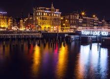 AMSTERDAM, DIE NIEDERLANDE - 22. JANUAR 2016: Stadtstraßen von Amsterdam nachts Allgemeine Ansichten der Stadtlandschaft am 22. J Lizenzfreie Stockfotografie