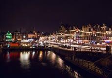 AMSTERDAM, DIE NIEDERLANDE - 22. JANUAR 2016: Stadtstraßen von Amsterdam nachts Allgemeine Ansichten der Stadtlandschaft am 22. J Lizenzfreies Stockbild