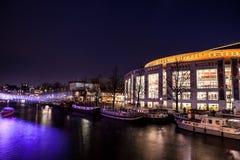 AMSTERDAM, DIE NIEDERLANDE - 22. JANUAR 2016: Stadtstraßen von Amsterdam nachts Allgemeine Ansichten der Stadtlandschaft am 22. J Stockbild