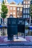 AMSTERDAM, DIE NIEDERLANDE - 10. JUNI 2014: Allgemeine Toilette in der Straße von Amsterdam Stockfoto