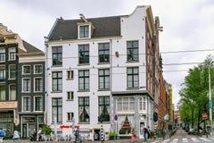 AMSTERDAM, DIE NIEDERLANDE - 25. JUNI 2017: Ansicht der historischen Gebäude auf der Raadhuisstraat-Straße Stockfoto