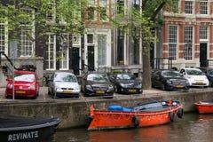 AMSTERDAM, DIE NIEDERLANDE - 25. JUNI 2017: Boote auf dem der Wasserkanäle Stockfoto