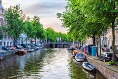 AMSTERDAM, DIE NIEDERLANDE - 10. JUNI 2014: Schöne Ansicht des Kanals in Amsterdam stockfotografie