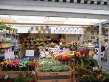 AMSTERDAM, die NIEDERLANDE - Leute auf Blumenmarkt am 4. August 2009 Dieses ist der einzige sich hin- und herbewegende Blumenmark stockbild