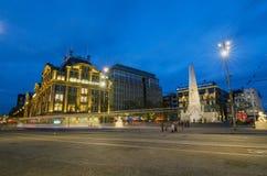 Amsterdam, die Niederlande - 7. Mai 2015: Leute besuchen das Verdammungsmonument in Amsterdam Lizenzfreies Stockbild