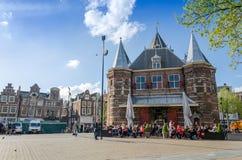 Amsterdam, die Niederlande - 7. Mai 2015: Leute besuchen das Waag auf Nieuwmarkt-Quadrat in Amsterdam Lizenzfreie Stockbilder