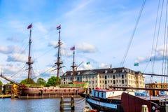 Amsterdam, die Niederlande - Mai 2018: Nationales Seemuseum Scheepvaartmuseum in Amsterdam mit altem Replikschiff lizenzfreie stockfotos
