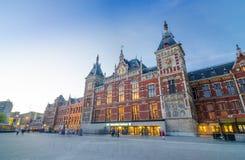 Amsterdam, die Niederlande - 8. Mai 2015: Passagier an der Amsterdam-Zentralbahnstation Lizenzfreie Stockfotografie