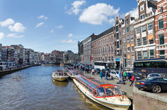 Amsterdam, die Niederlande - 7. Mai 2015: Passagierboote auf Kanal bereisen in die Stadt von Amsterdam Lizenzfreies Stockbild