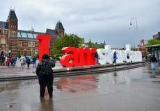 Amsterdam, die Niederlande - 6. Mai 2015: Touristen am berühmten Zeichen Lizenzfreie Stockbilder