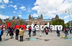 Amsterdam, die Niederlande - 6. Mai 2015: Touristen am berühmten Zeichen Lizenzfreies Stockfoto