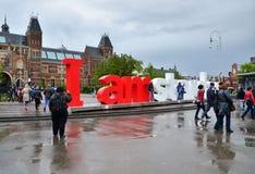 Amsterdam, die Niederlande - 6. Mai 2015: Touristen am berühmten Zeichen I Amsterdam beim Rijksmuseum Lizenzfreies Stockfoto