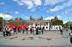 Amsterdam, die Niederlande - 6. Mai 2015: Touristen am berühmten Zeichen I Amsterdam beim Rijksmuseum Stockbild