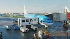 Amsterdam, die Niederlande, am 20. Oktober 2017: Das KLM-Verkehrsflugzeug kommt zu dem Flughafenabfertigungsgebäude Das Akkordeon stock footage