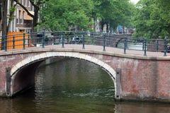 Amsterdam, die Niederlande, Stadtkanäle, Boote, Brücken und Straßen Einzigartige schöne und wilde europäische Stadt stockfotografie