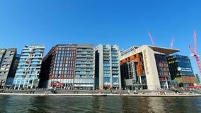 Amsterdam, die Niederlande 25 04 2019 Weg auf dem touristischen Boot, Blick auf sucastou Architektur von Amsterdam zentral stock video