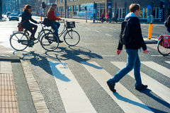 Amsterdam die straat kruisen Stock Foto's