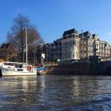 Amsterdam door water wordt omringd dat royalty-vrije stock afbeelding