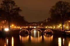 Amsterdam en la noche foto de archivo
