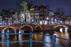 Amsterdam en la noche, canal de Singel Imágenes de archivo libres de regalías