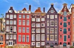Amsterdam färgrika gamla hus royaltyfria bilder