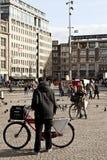 Amsterdam: Fördämningfyrkant och cyklar royaltyfri fotografi