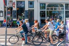 Amsterdam Fietsers op stadsstraten stock foto