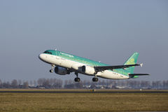 Amsterdam-Flughafen Schiphol - Aer Lingus Airbus A320 entfernt sich Lizenzfreie Stockfotografie