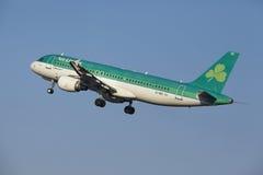 Amsterdam-Flughafen Schiphol - Aer Lingus Airbus A320 entfernt sich Stockfotografie