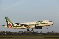 Amsterdam-Flughafen Schiphol - Airbus A320 von Alitalia landet Lizenzfreies Stockfoto