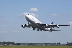 Amsterdam-Flughafen Schiphol - Boeing 747 der saudi-arabischen Fracht entfernt sich Lizenzfreie Stockfotos