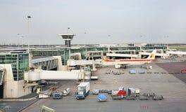 Amsterdam-Flughafen Schiphol Flugzeug netherlands lizenzfreie stockfotografie