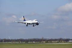 Amsterdam-Flughafen Schiphol - Lufthansa Airbus A320 landet Lizenzfreie Stockbilder
