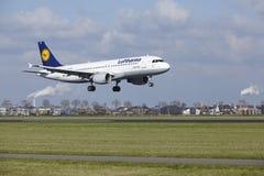 Amsterdam-Flughafen Schiphol - Lufthansa Airbus A320 landet Lizenzfreies Stockbild